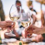 Proosten met twee wijnglazen